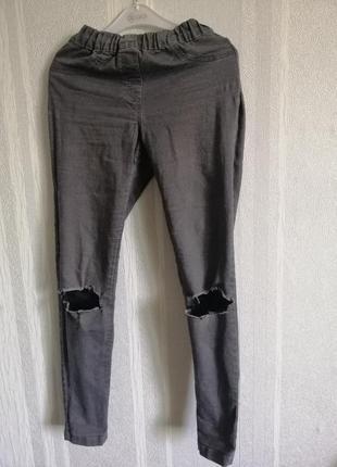 Серые джинсы с завышенной талией.
