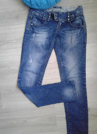 Модные джинсы с потертостями