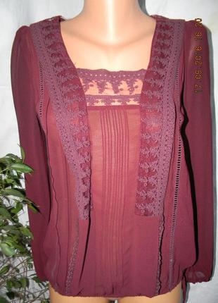 Бардовая блуза с кружевом