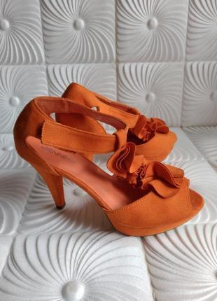 Яркие босоножки на каблуке jennika