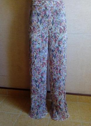 Трендовые летние брюки палаццо плиссе в цветочный принт