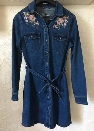 Стильное джинсовое платье-рубашка с выбитыми цветами new look