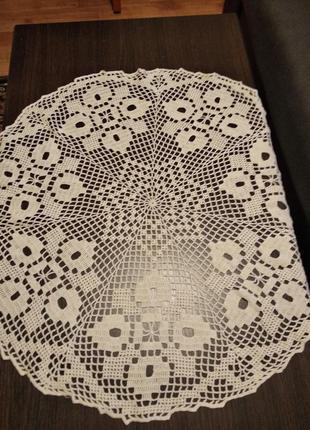 Белая вязаная круглая скатерть