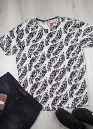 Крутая мужская футболка с интересным принтом.