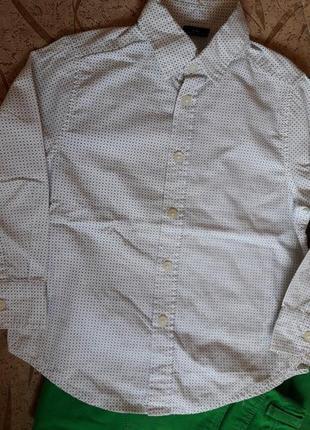 Белая рубашка в оливковый принт.