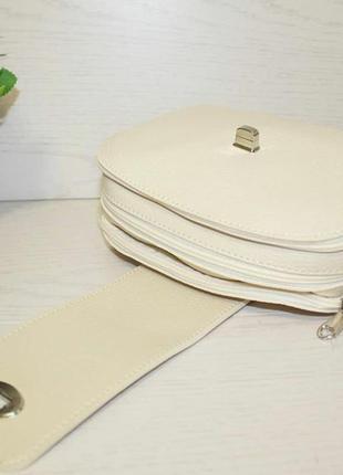 Модная бежевая сумочка через плечо8 фото