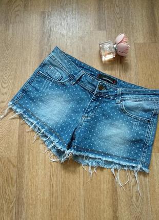 Стильные джинсовые шорты с потертого денима с бахромой в принт
