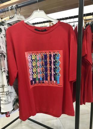 Трендова червона футболка з принтом-картиною, оверсайз