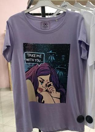 Стильна футболка з оригінальним принтом