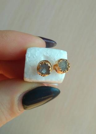 Маленькие серьги сережки из натурального камня необработанный агат покрыт золотом гвоздики