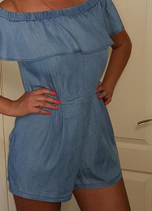 Женский джинсовый ромпер с воланом