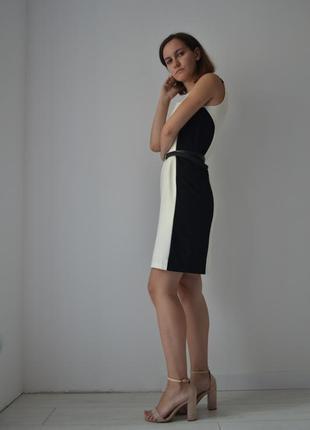Сукня з геометричним кроєм.