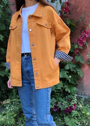 Яркая джинсовая куртка джинсовка оверсайз цвета манго и в клетку рукав