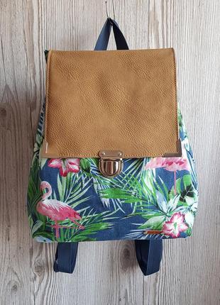 Небольшой рюкзак с тропическим принтом и экокожей