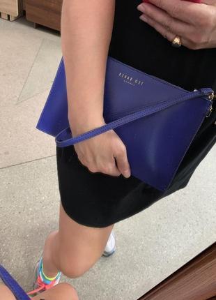 Клатч сумка ted baker красивого синего цвета.
