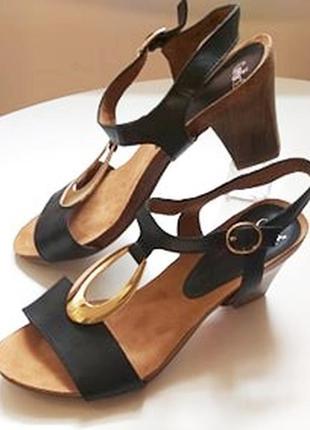 Кожаные стильные босоножки от немецкого бренда caprice