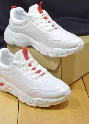 Яркие белые демисезонные кроссовки