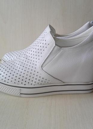Обувь белая, удобная на платформе