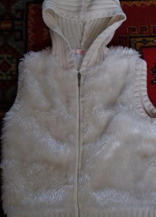 Белая жилетка с капюшоном