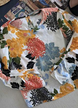 Актуальна блузка в квітковий принт zara