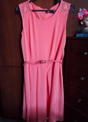 Платье нарядное с кружевными плечиками