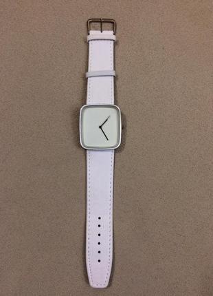 Оригинальные часы белые