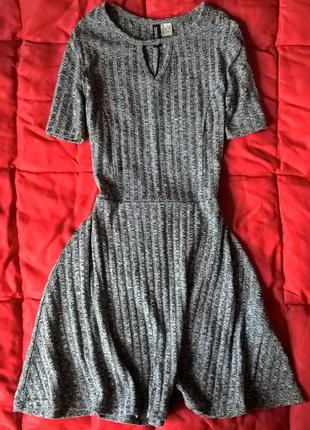 Серое,базовое платье в рубчик