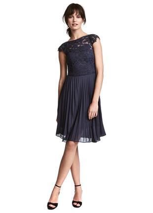 Нарядное платье с кружевным верхом и юбкой плиссе