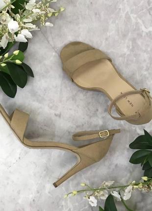 Актуальные босоножки бежевые на каблуке (шпильке) новые new look