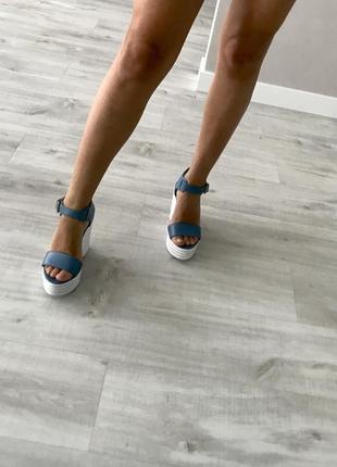 Новые кожные босоножки танкетка голубые синий джинс