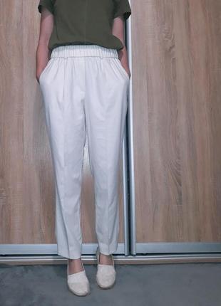 Легкие, белые брюки со стрелками, ровного кроя на высокой посадке  massimo dutti