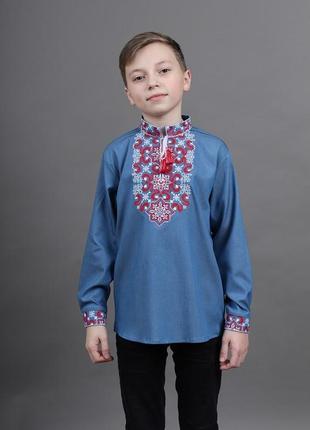 Очень модная вышиванка для мальчика на летнем джинсе