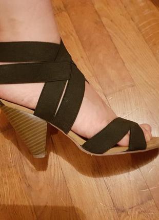 Удобные босоножки на среднем каблуке centro
