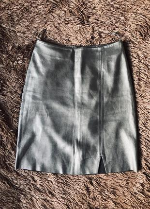 Тренд осени кожаная мини-юбка