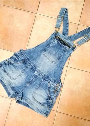 Стильный джинсовый комбинезон.