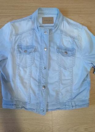 Актуальная летняя короткая джинсовая куртка