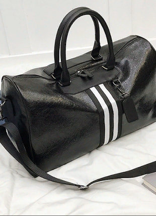 Черная с белыми полосками дорожная ,спортивная сумка из кожи pu