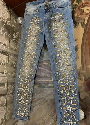 Шикарные джинсы расшиты камнями и бисером