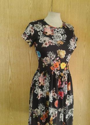 Вискозное платье черное в ярких цветах, s.