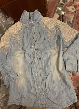 Джинсовая рубашка расшита стразами и жемчугом