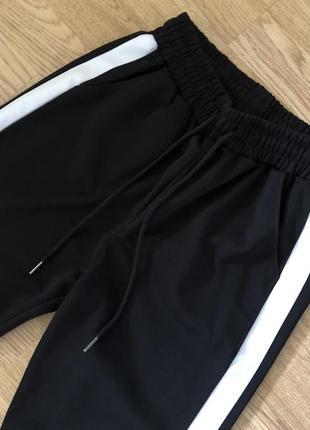 Спортивні брюки з лампасами