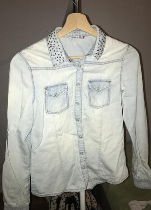 Джинсовая рубашка reserved с стразами на воротнике