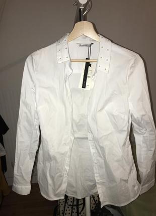 Белая рубашка stradivarius с жемчужинами на воротнике