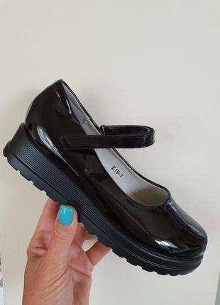 Школьные чёрные лаковые туфли
