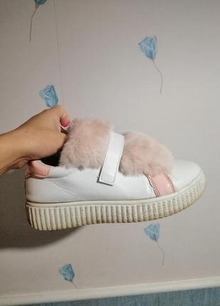Женские белые кожаные кроссовки на липучке с розовым мехом розовой пяткой