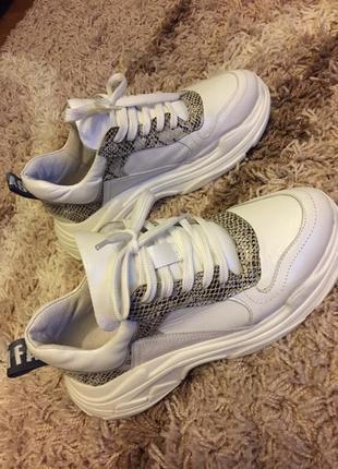 Нові шкіряні кросівки