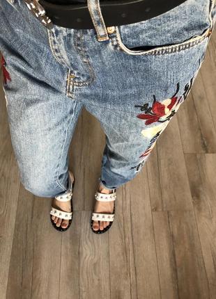 Стильные джинсы мом с вышивкой 😍