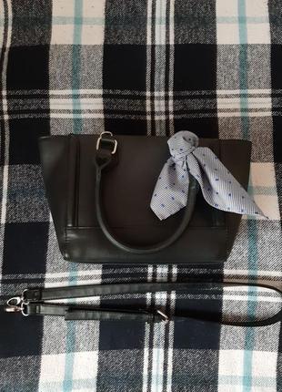 Черная сумка через плечо с платком