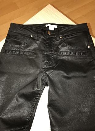Чёрные джинсы с напылением под кожу4 фото