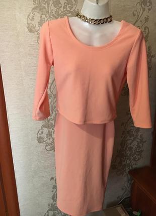 Красивый персиковый костюм.